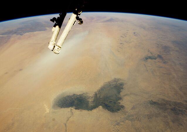 Lago no Chade e as nuvens de poeira, o deserto do Saara na África