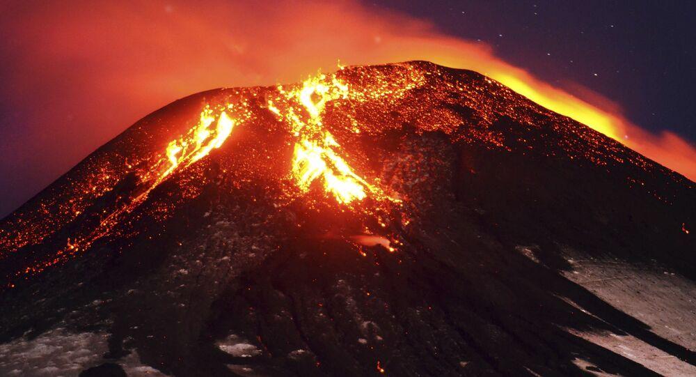 Cinzas e lava são derramadas pelo vulcão Villarrica
