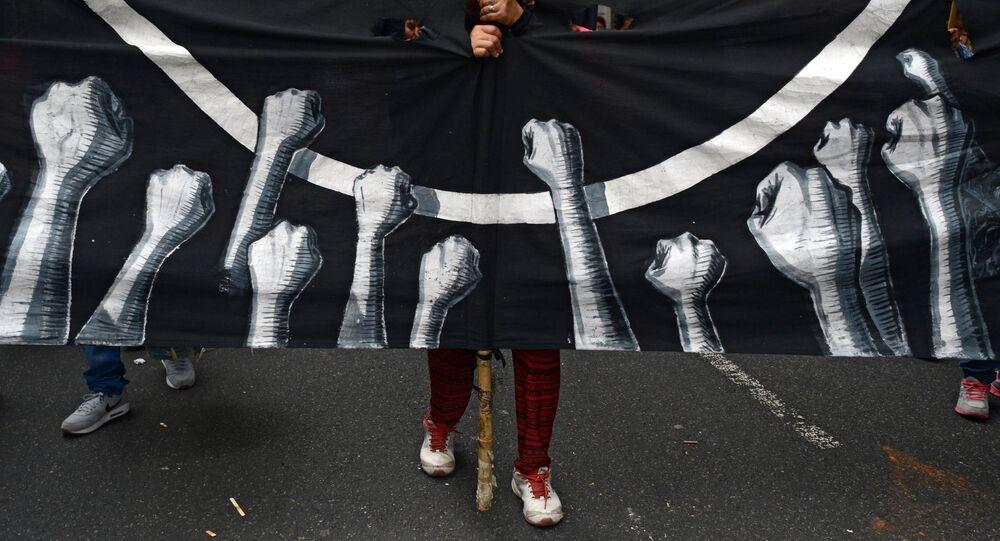 Um manifestante durante a marcha contra Mauricio Macri em 22 de dezembro, em Buenos Aires