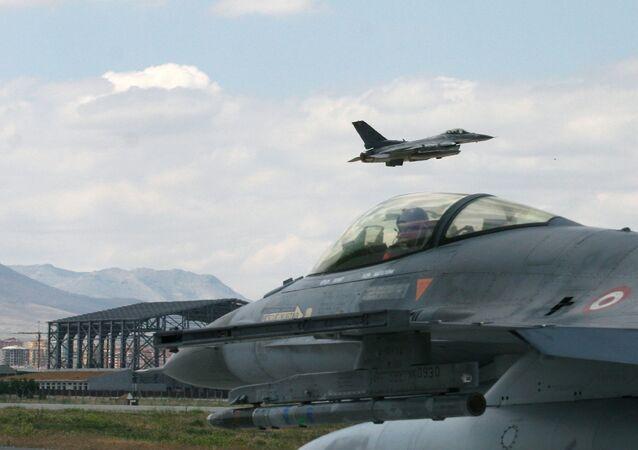 Caça F-16 turco se prepara para decolar na cidade de Konya, em 15 de junho de 2009