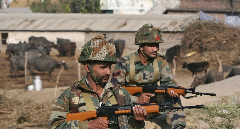 Soldados do exército indiano ficam de guarda perto da base da Força Aérea Indiana (IAF) em Pathankot em Punjab