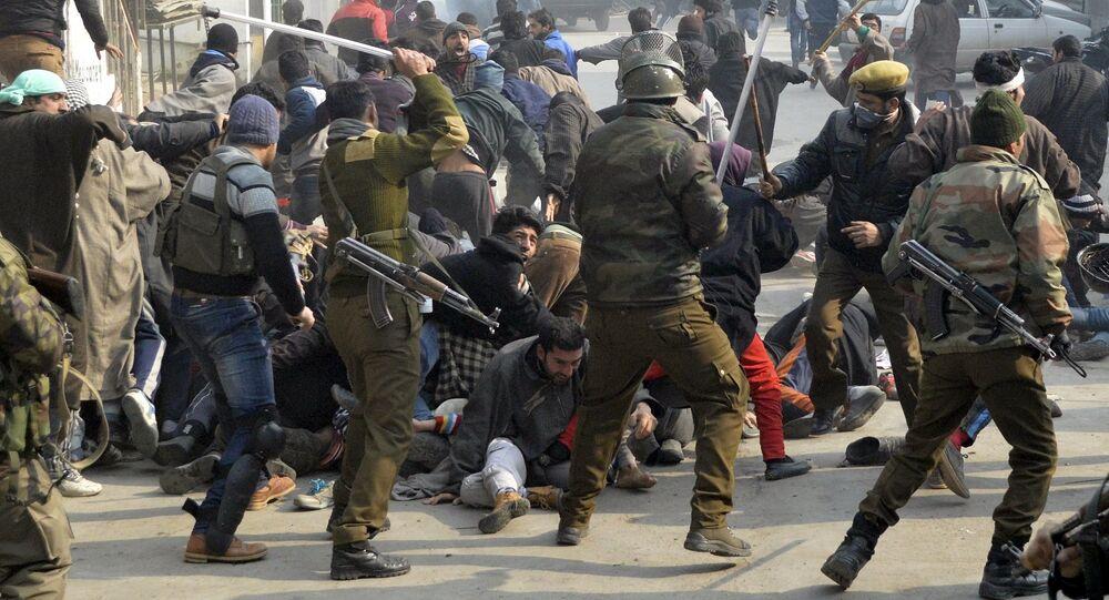 Polícia indiana reprime manifestantes xiitas da Caxemira durante um protesto contra a execução do clérigo Nimr al-Nimr pela Arábia Saudita