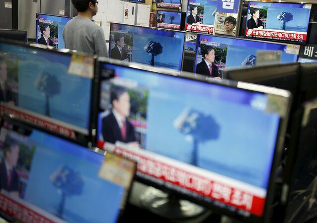 TV sul-coreana noticia teste de bomba de hidrogênio da Coreia do Norte. Seul, 6 de janeiro de 2016