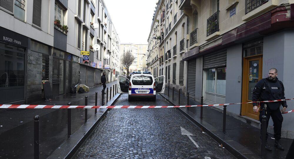 Polícia francesa na Rue des Islettes, perto da estação de metrô Barbes-Rochechouart, no norte de Paris. 7 de janeiro de 2016.