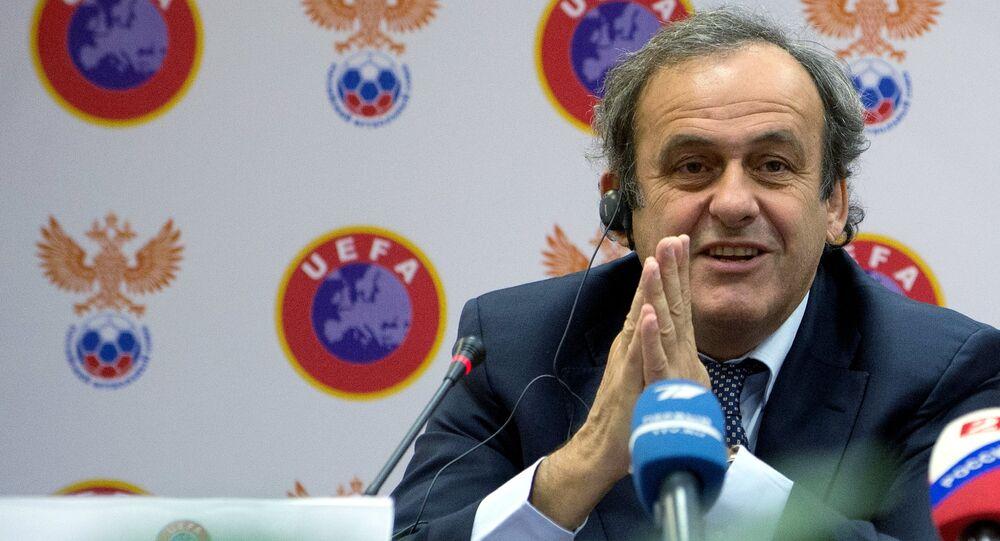 Michel Platini desistiu de concorrer à presidência da FIFA para se dedicar à sua defesa contra as acusações de corrupção que podem deixá-lo afastado do futebol por oito anos