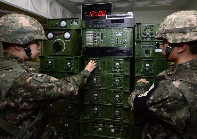 Soldados sul-coreanos preparam equipamento antes de iniciar emissões de propaganda para o território da Coreia do Norte, 8 de janeiro de 2016