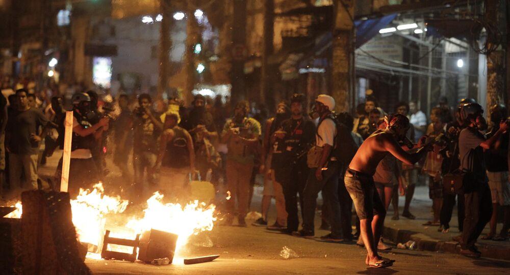 Policiais Militares e manifestantes entram em confronto durante ato organizado por integrantes do movimento Passe Livre, no Centro da cidade do Rio de Janeiro, contra o aumento do valor da tarifa do transporte público, na tarde desta sexta-feira (08)
