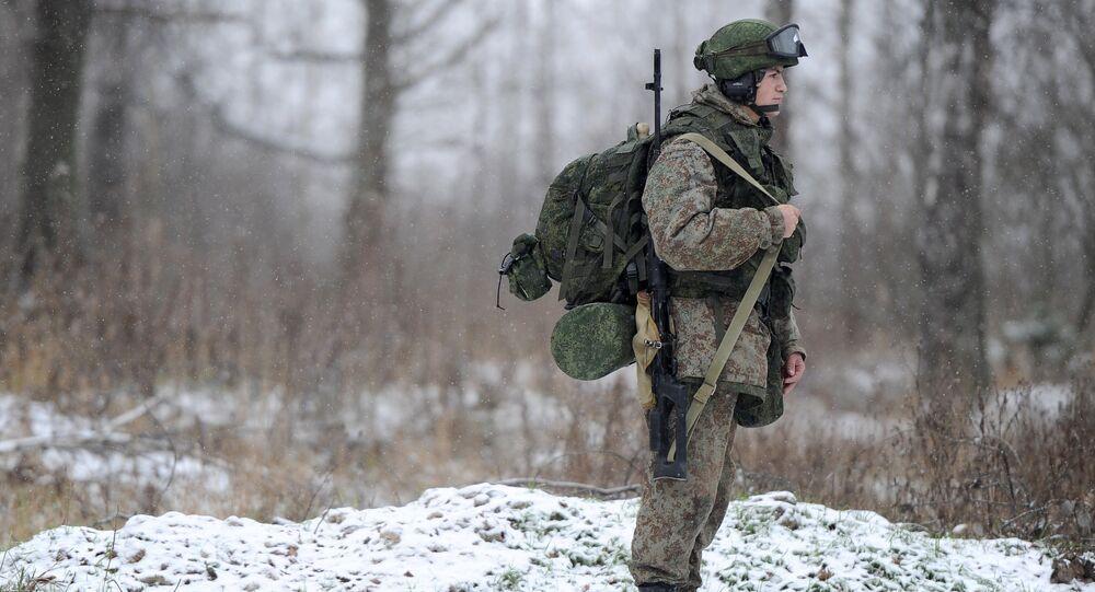 Um soldado mostra equipamento militar Ratnik no âmbito de exercícios militares na região de Moscou.
