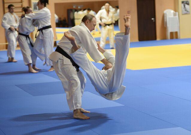 8 de janeiro, 2016. O presidente russo Vladimir Putin participa no treinamento com esportistas da equipe nacional de judô.