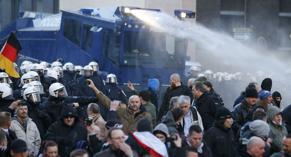 Polícia usa canhão d'água durante protesto contra imigração em Colônia, na Alemanha