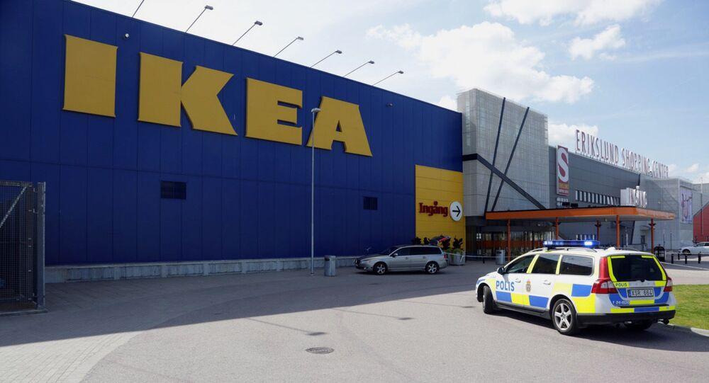 Carro da polícia em frente a loja da IKEA em Vasteras, Suécia