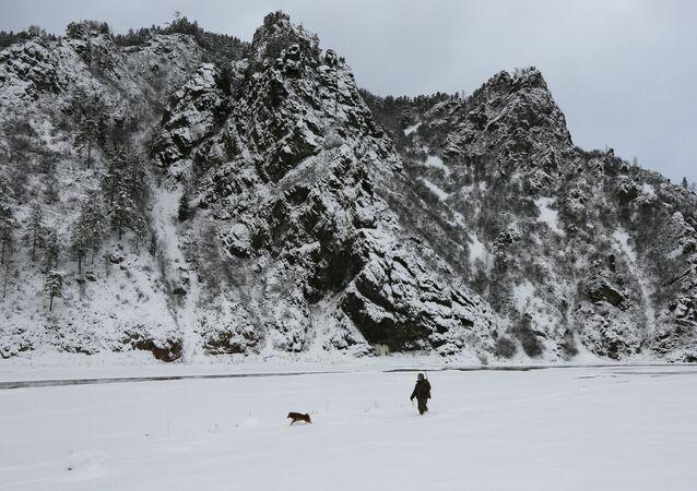 Imagem ilustrativa. Nikolai Bocharov, 77 anos, caçador amador anda com seu cão da raça laika e com uma arma no ombro, taiga russa, região de Krasnoyarsk. 1 de dezembro, 2015