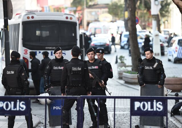 Policiais turcos no local do explosão no centro de Istambul, Turquia, 12 de janeiro de 2016