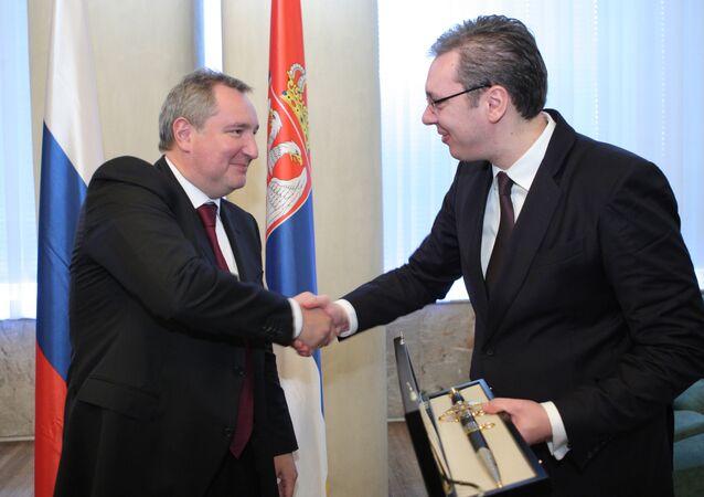 O vice-premier russo Dmitry Rogozin em encontro com o primeiro-ministro da Sérvia, Aleksandar Vucic