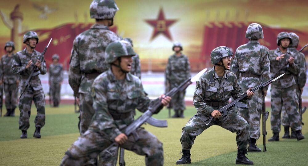 Soldados do Exército de Libertação Popular da China durante treinamento nos arredores de Pequim em julho de 2014