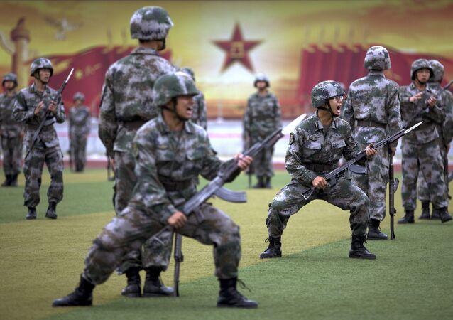 Soldados do Exército de Libertação Popular da China durante treinamento