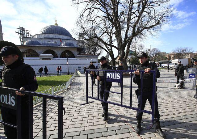 Policiais turcos protegem a zona de Sultanhamet depois da explosão de 12 de janeiro em Istambul