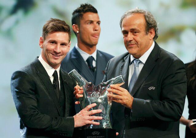 Lionel Messi (à esquerda) e Cristiano Ronaldo (à direita) durante a ceremonia de entrega da Bola de Ouro da Fifa