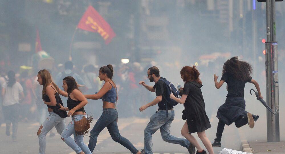 Manifestantes durante confrontos com polícia em 12 de janeiro, em São Paulo
