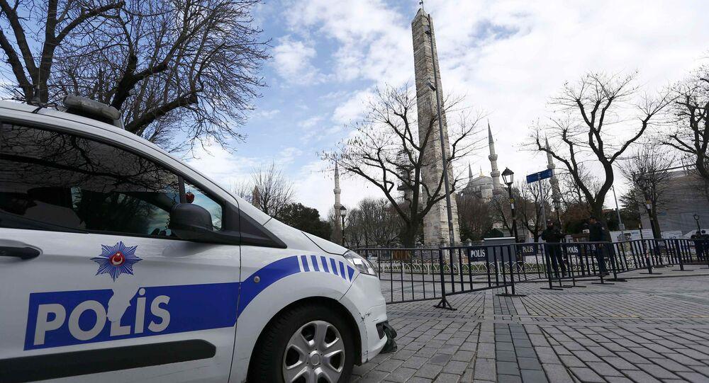 Polícia faz segurança na Praça Sultanahmet, vazia depois do atentado, Istambul, Turquia, 13 de janeiro de 2016