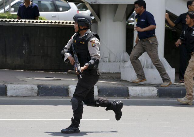 Um policial indonésio no local de uma explosão em Jacarta em 14 de janeiro