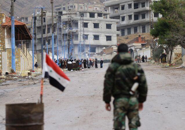Soldado de forças pro-governamentais sírias fica perto de entrada para a cidade de Aleppo, Síria, 14 de janeiro de 2016