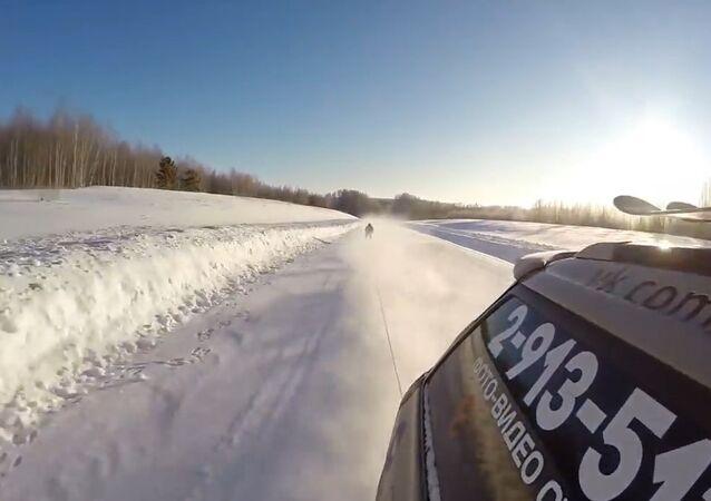 Esquiador russo atinge velocidade de 130 km/h