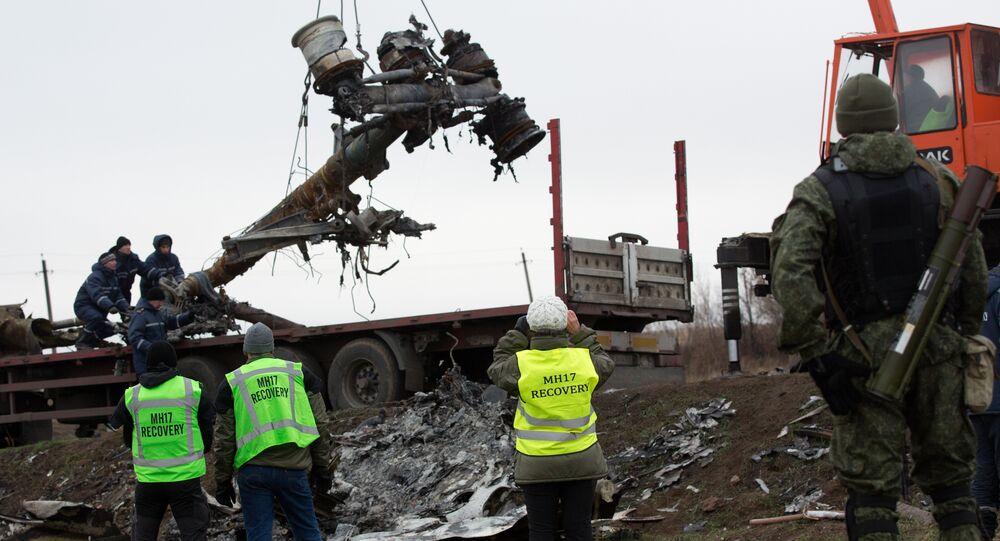Obras de resgate no local da queda do voo MH17, em Donbass