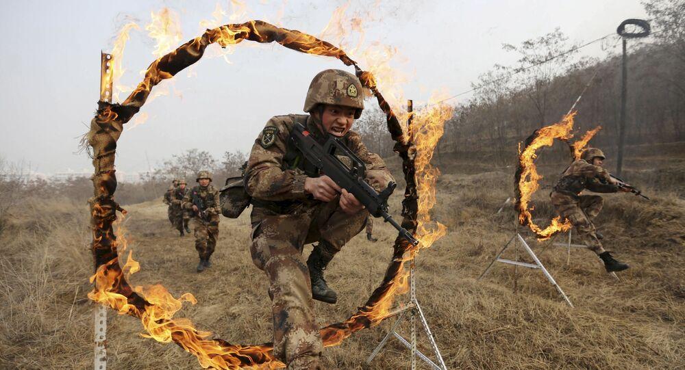 Soldados do Exército de Libertação Popular da China participam de exercícios militares em uma base militar em Tianshui