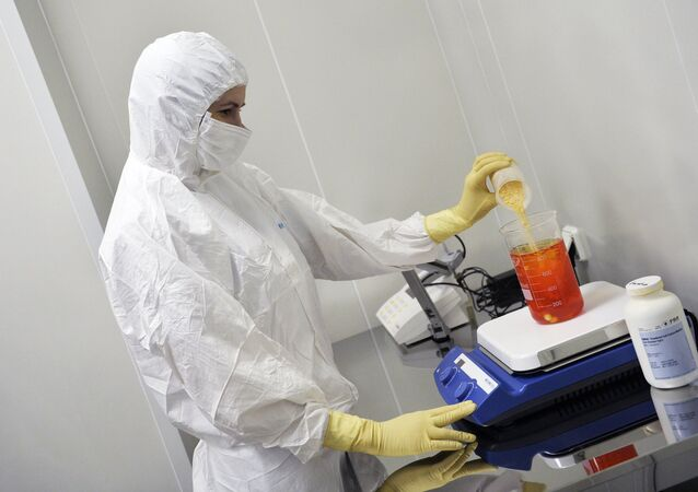 Uma das etapas do procedimento da preparação da vacina pelos cientistas do Insituto Gamaleya