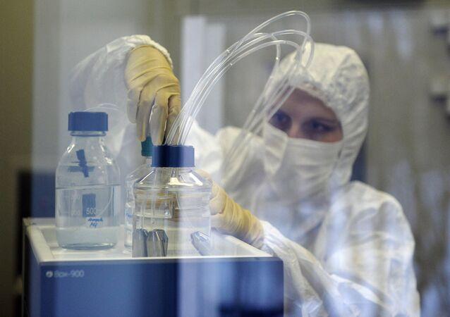 Preparação de remédio contra o ebola (imagem referencial)