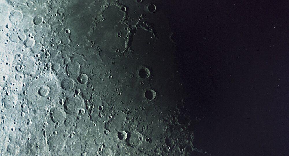 Foto da Lua tomada pela estação automática soviética Zond-7 a 10.000 km da superfície lunar