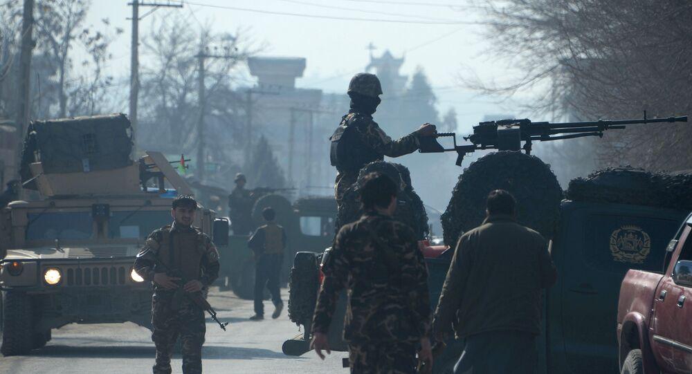 Agentes das forças de segurança afegãs, em estado de alerta, após ataque suicida em Jalalabad (arquivo)