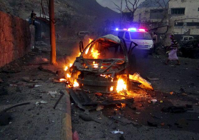 Carro em chamas em frente à casa do chefe de segurança de Aden, no Iêmen