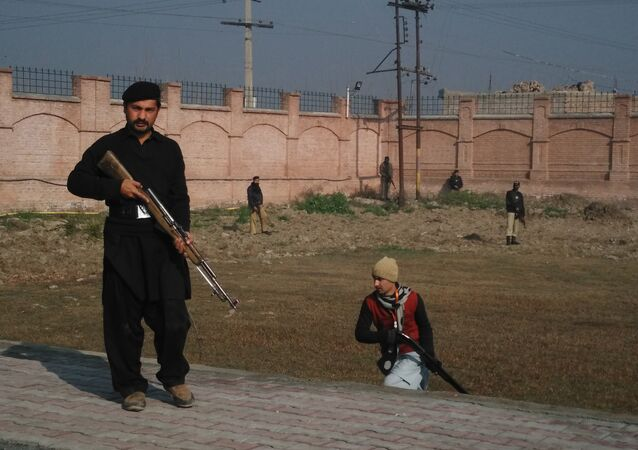Agentes das forças de segurança tomam posições fora da universidade Bacha Khan, Paquistão, 20 de janeiro de 2016