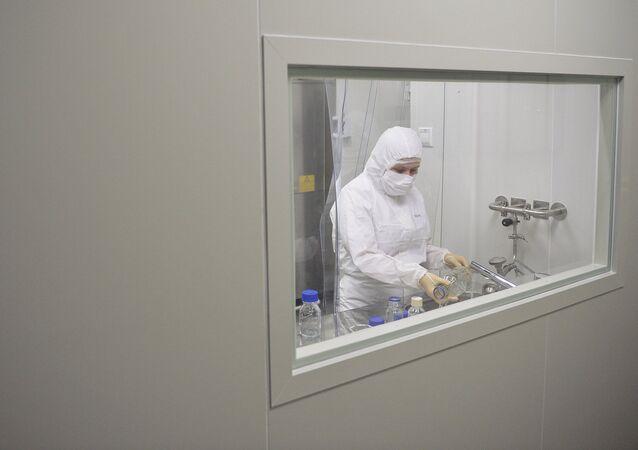 Médicos do Instituto Gamaleya preparam vacina contra o ebola