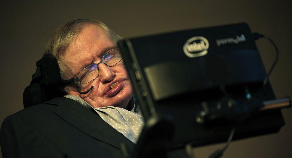 Stephen Hawking durante a coletiva de imprensa de dezembro de 2015, dedicada ao lançamento da Medalha Stephen Hawking para Comunicação Científica