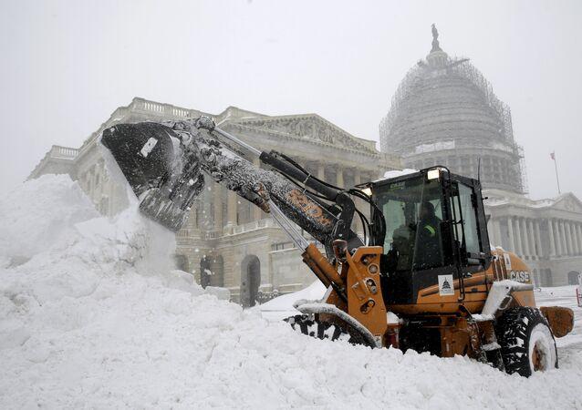 Máquinas tiram a neve em Washington, em frente ao Capitólio, 23 de janeiro de 2016