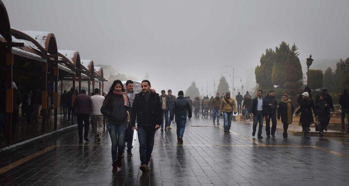 Habitantes de Homs passeiam por uma das ruas principais da cidade, Síria, 26 de janeiro de 2016