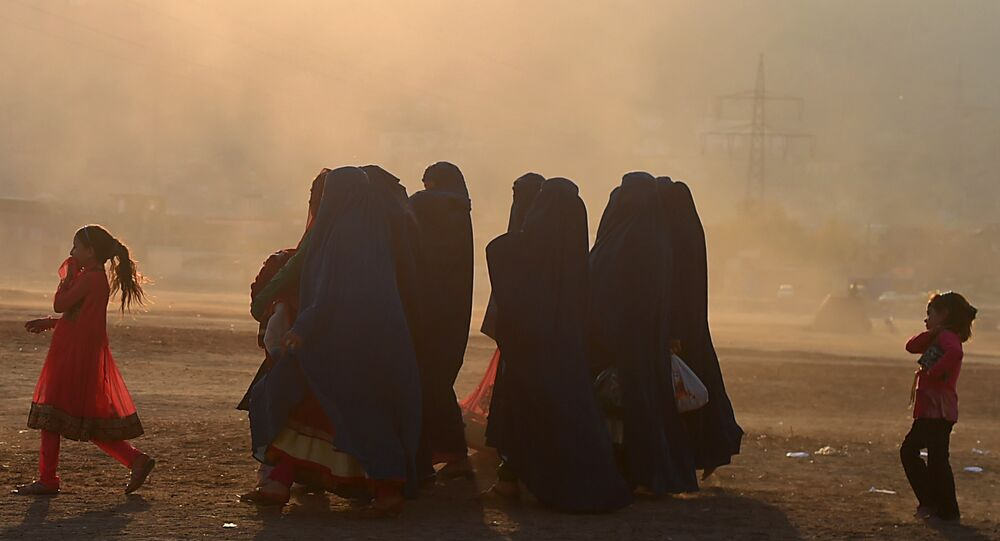 Residentes afegãos em burcas