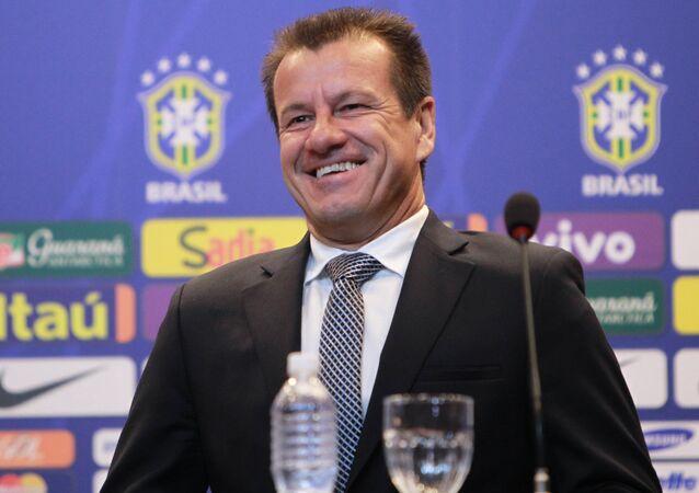 Dunga convoca seleção para amistosos contra a França e o Chile