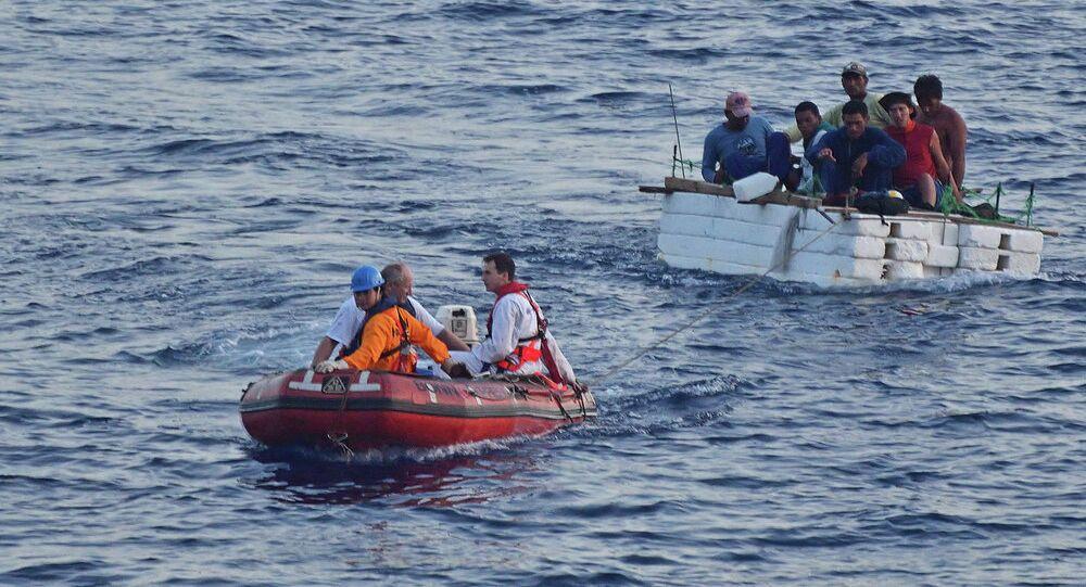 Guarda costeira italiana resgata imigrantes à deriva no Mediterrâneo