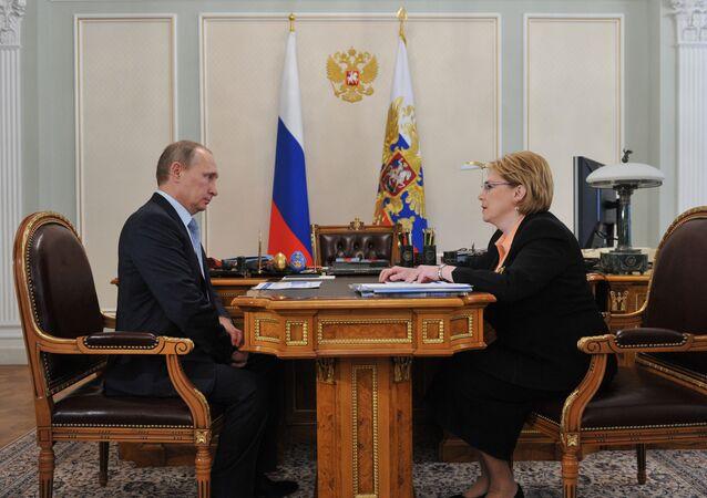 A reuinião de trabalho do presidente russo, Vladimir Putin, e a ministra da Saude da Rússia, Veronika Skortsova. Foto de arquivo, 14 de abril, 2015