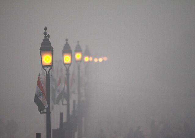 Neblina cobre a avenida Rajpath, em Nova Deli, durante o Dia da República em 26 de janeiro de 2016