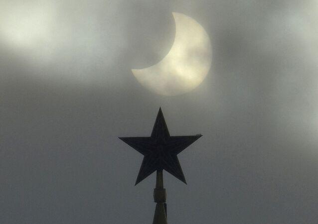 Eclipse parcial do Sol em 2011, visto perto do Kremlin de Moscou