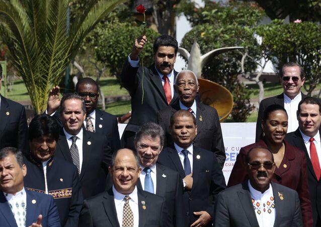 Presidente da Venezuela, Nicolas Maduro, levanta uma rosa enquanto posa com outros chefes de Estado e representantes para a foto oficial da IV Cúpula da CELAC, em Quito.