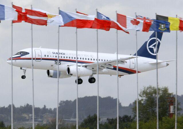 Avião russo Sukhoi Superjet 100 antes do show aéreo no Salão Aeroespacial de Moscou (MAKS)