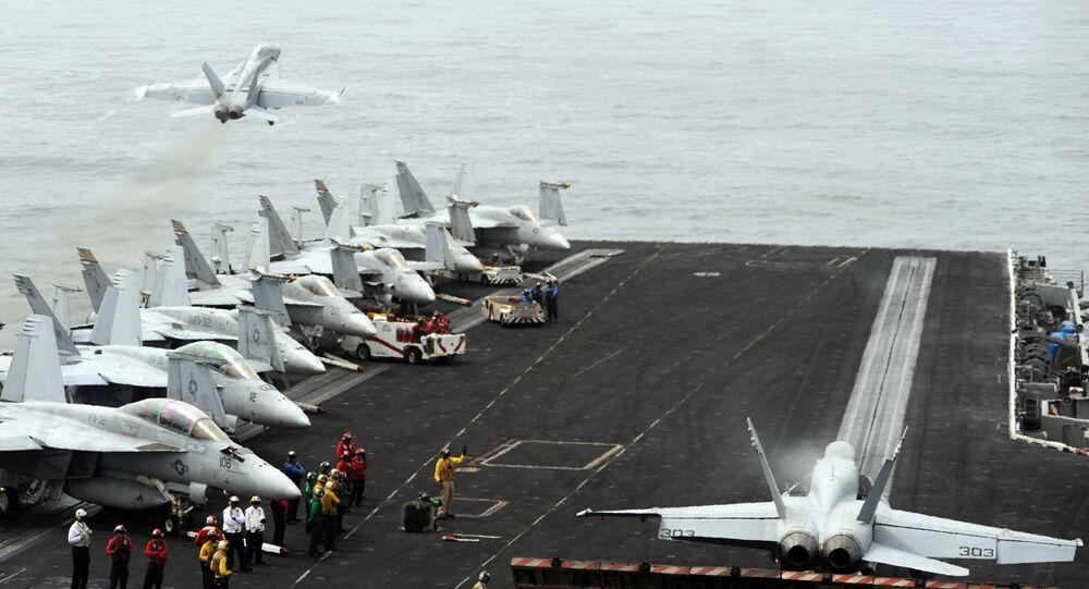 Aviões F/A-18 a bordo do USS Harry Truman em 27 de julho de 2010, no mar Árabe