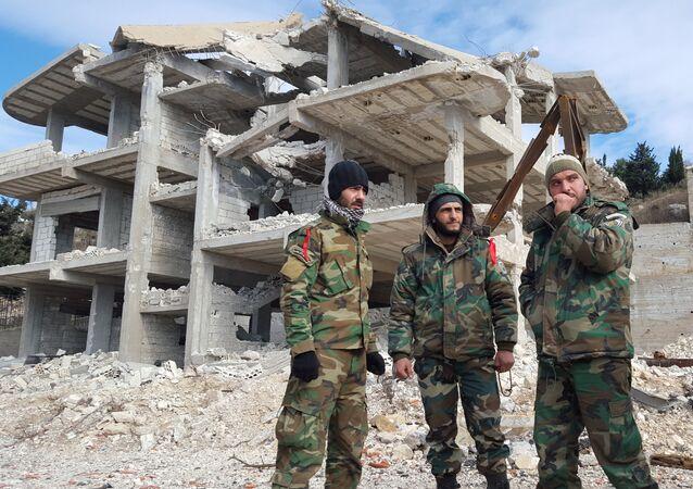 Agentes das forças pró-governamentais sírias na cidade de Rabia, na província de Latakia, em 27 de janeiro de 2016