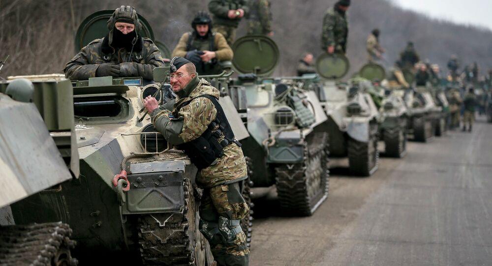 Soldados das Forças Armadas ucranianas e veículos blindados na região de Debaltseve perto de Artemivsk, Ucrânia